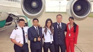 Ximena Suárez Otterburg, de vermelho, à direita, a comissária de bordo que sobreviveu ao acidente na Colômbia.