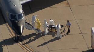 A segunda enfermeira norte-americana diagnosticada com ebola, Amber Vinson, sendo transportada para o Emory University Hospital em Atlanta, nos Estados Unidos. 15/10/14 .