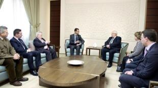 Tổng thống Syria al-Assad tiếp phái đoàn nghị sĩ Pháp tại Damas ngày 25/02/2015.