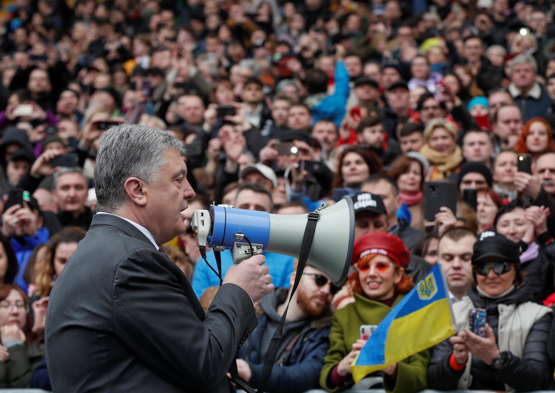 Петр Порошенко выступает перед своими сторонниками на стадионе «Олимпийский» в Киеве, 14 апреля 2019.