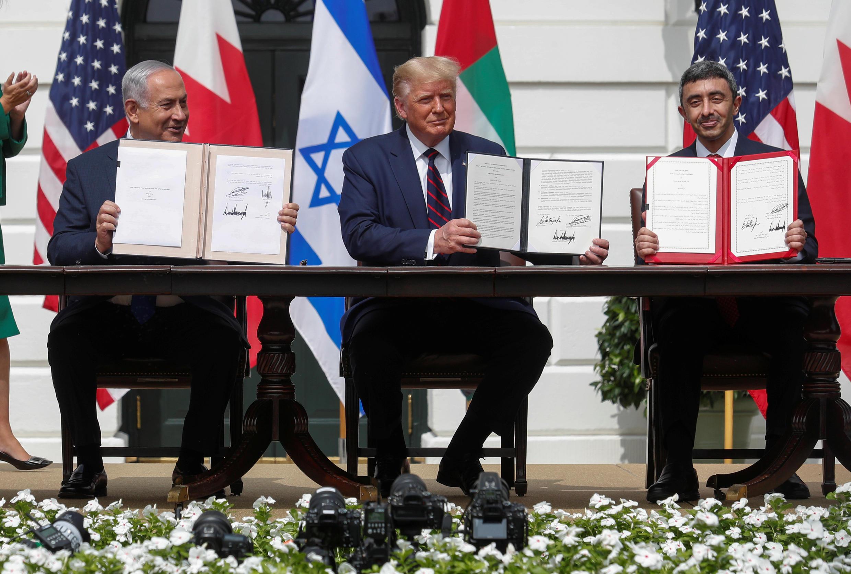 Từ trái: Thủ tướng Israel Benjamin Netanyahu, tổng thống Mỹ Donald Trump và ngoại trưởng UAE Abdullah bin Zayed , với bản thỏa thuận ký ngày 15/09/2020, tại Nhà Trắng, Washington, Hoa Kỳ.