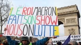 L'activiste Jean-Baptiste Reddé alias Voltuan, célèbre pour ses pancartes au sein des mouvements sociaux depuis des années, samedi 26 janvier 2019 à Paris pour l'acte XI des «gilets jaunes».