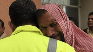 Un homme pleure la mort d'un proche tué dans un attentat contre un tribunal à Islamabad.