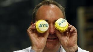 El Primer ministro escosés Alex Salmond juega con dos tortitas que dicen «Aye» («Sí») a la independencia.