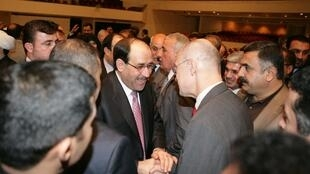 Les parlementaires irakiens félicitent le Premier ministre Nouri al-Maliki après le vote de confiance, le 21 décembre 2010.
