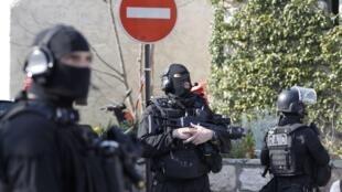 Đặc nhiệm của cảnh sát Pháp RAID đứng gác bên ngoài trường trung học Tocqueville, Grasse, ngày 16/03/2017