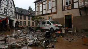 El fango cubre una calle afectada por las inundaciones en la localidad de Ahrweiler-Bad Neuenahr, al oeste de Alemania, el 15 de julio de 2021