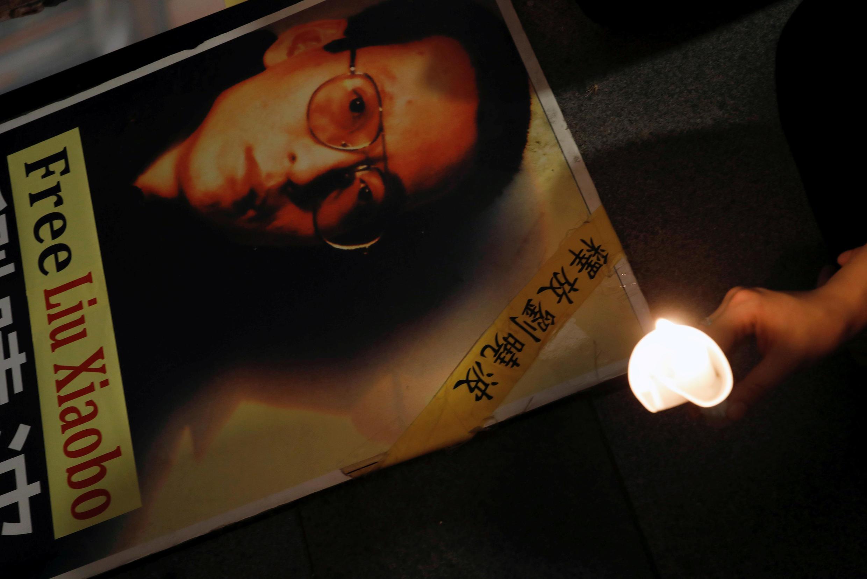 港人在习近平出席香港回归二十周年时燃烛纪念刘晓波