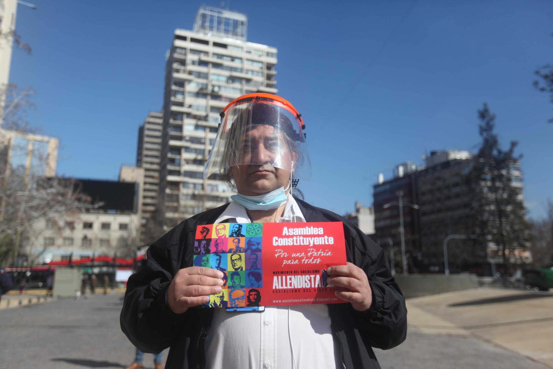 Un Chilien lors d'un rassemblement pour une «assemblée constituante» à Santiago, au Chili, le 26 août 2020.