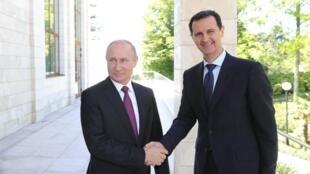 Tổng thống Nga Vladimir Poutine (T) gặp đồng nhiệm Syria Bachar al Assad, tại Sotchi, ngày 17/05/2018.