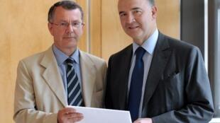 Le ministre français de l'Economie et des Finances Pierre Moscovici (d) et Bruno Parent, inspecteur général des finances à Bercy le 31 juillet 2012, lors de la remise du rapport commandé par le gouvernement sur la future Banque publique d'investisse
