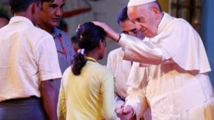 El papa se reunió con refugiados rohinyás en Daca, la capital de Bangladés.