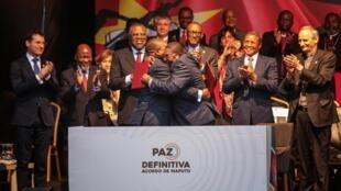 Filipe Nyusi, líder da Frelimo, e Ossufo Momade, líder da Renamo, aquando da assinatura do Acordo de Paz a 6 de Agosto de 2019.