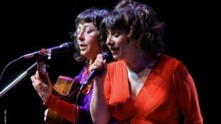 A dupla Aurélie (à direita) & Verioca (à esquerda, com o violão).