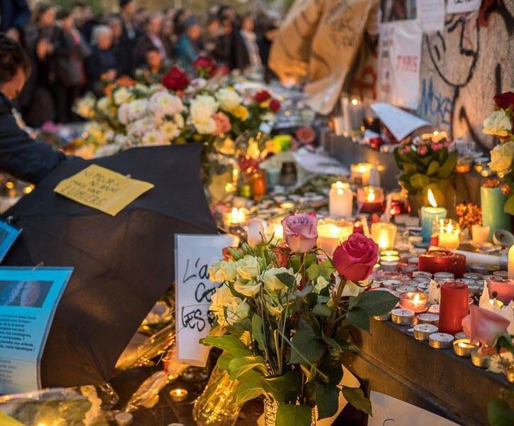 Place de la République à Paris, un hommage est rendu aux victimes des attentats.