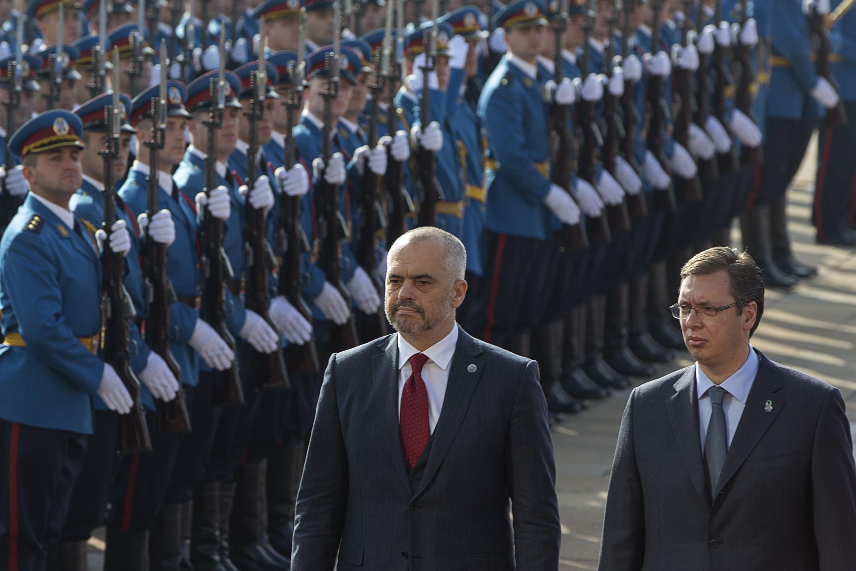 Edi Rama (esquerda) fez a  primeira visita de um chefe do Governo da Albânia à Sérvia em 68 anos.