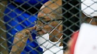 Tsohon shugaban kasarSudan Umar Hassan al-Bashir a tsare, yayin da ya gurfana gaban kotu a birnin Khartoum.