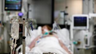 Госпитализированный с коронавирусом пациент в частной клинике в парижском пригороде Сен-Дени.