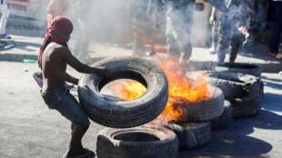 Des manifestants ont érigé des barricades enflammées lors des manifestations contre le président haïtien Jovenel Moise, à Port-au-Prince, Haïti, le 7 février 2021.