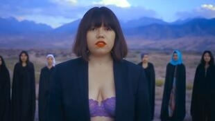 Кадр из клипа Зере Асылбек на песню «Кыз» («Девушка»)