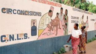 « Il y a un risque sérieux que les gens se considèrent, à tort, totalement protégés du virus et aient moins recours au préservatif », met en garde le CNS.