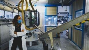 Une employée de l'usine d'Eurotab, à Saint-Just-Saint-Rambert, le 3 juillet 2020. La France pourrait connaître plus de 10% de récession, à cause de la crise liée au Covid-19 (Photo d'illustration).
