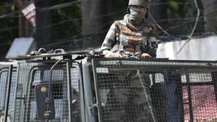 Un militaire indien dans un convoi à Srinagar, le 18 août 2019. Des milliers de personnes ont été arrêtées dans le Cachemire indien par crainte que des troubles ne se produisent depuis révocation de l'autonomie du Cachemire indien, il y a deux semaines.