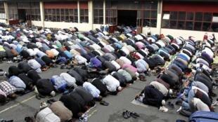 Wasu Musulmai suna Sallah a birnin Paris