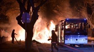 Les pompiers s'affairent autour de l'incendie causé par l'explosion d'un véhicule militaire à Ankara, le 17 février 2016.