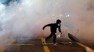 Người biểu tình ở Hồng Kông bị tấn công bằng hơi cay ngày 21/07/2019.