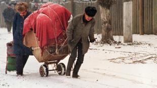 Чеченские беженцы спасаются от бомбежки Грозного российской авиацией. 17 января 1995 года
