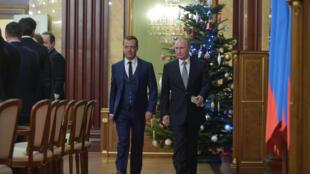 Официальную точку зрения на внешнюю и внутреннюю политику России озвучил президент Владимир Путин (справа) в пятницу, 23 декабря.