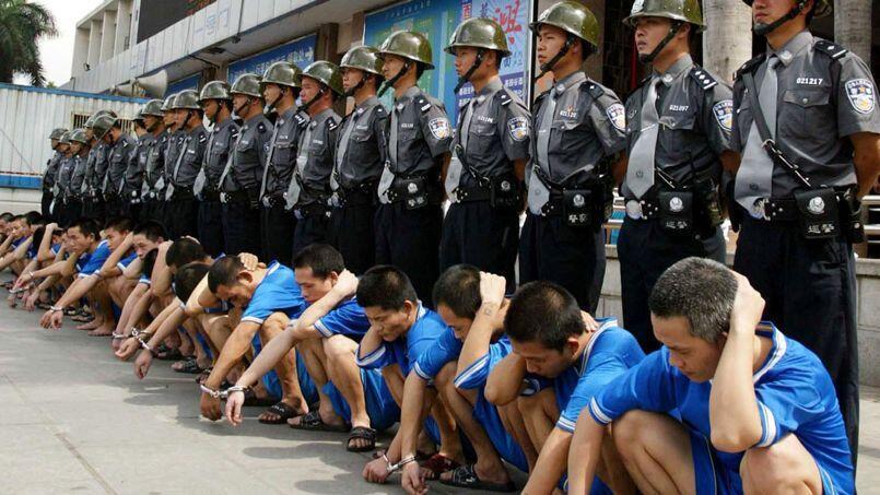 مسلمانان چین در یکی از اردوگاه های باصطلاح بازآموزی سیاسی این کشور.