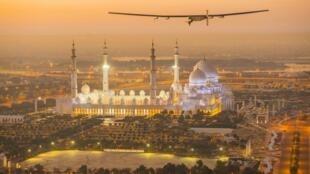Solar Impulse 2 ikipaa juu ya Msikiti katika mji wa Abu Dhabi, Februari 26, 2015, katika maandalizi  ya safari yake ya kuuzunguka ulimwengu.