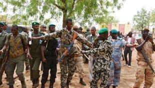 Jagoran Juyin mulkin kasar Mali, Kaftin  Amadou Sanogo yana amsa waya tare da tawagar mabiyan shi