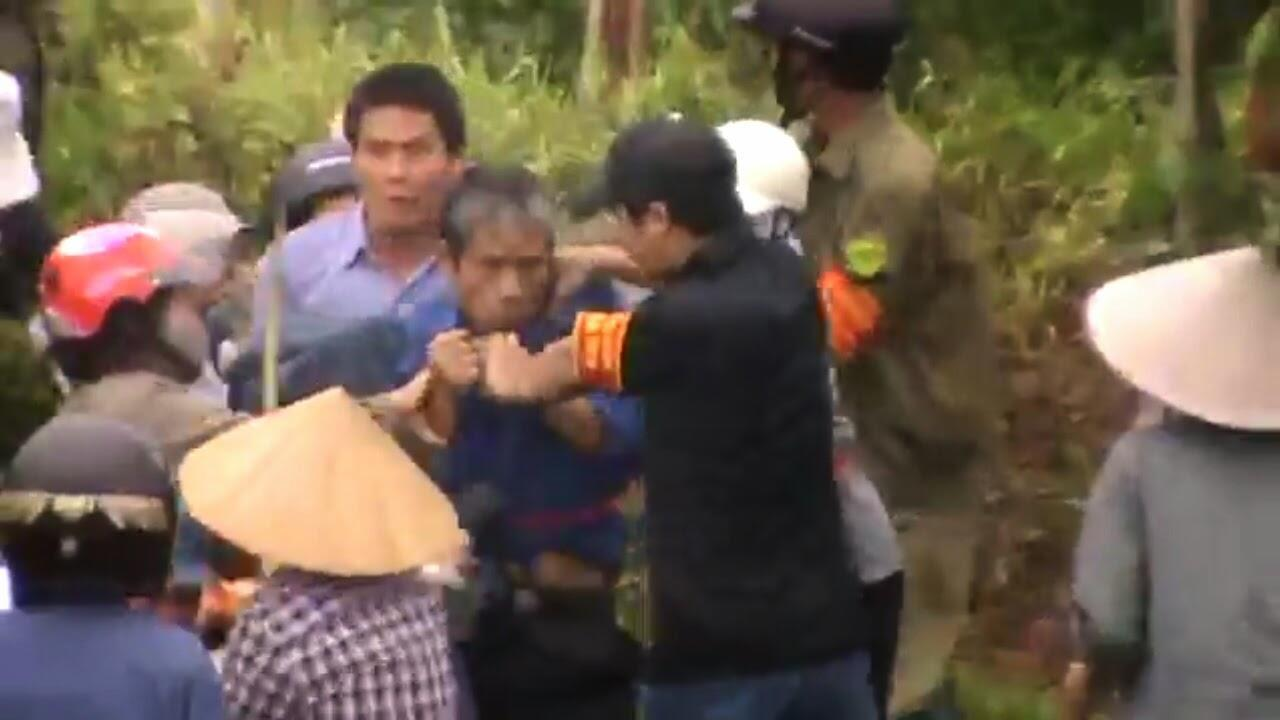 Ảnh chụp từ màn hình đoạn video cảnh lực lượng cưỡng chế tấn công người dân Dương Nội ngày 25/04/2014. Ông Trịnh Bá Khiêm là người mặc áo xanh đang bị túm cổ trong hình.