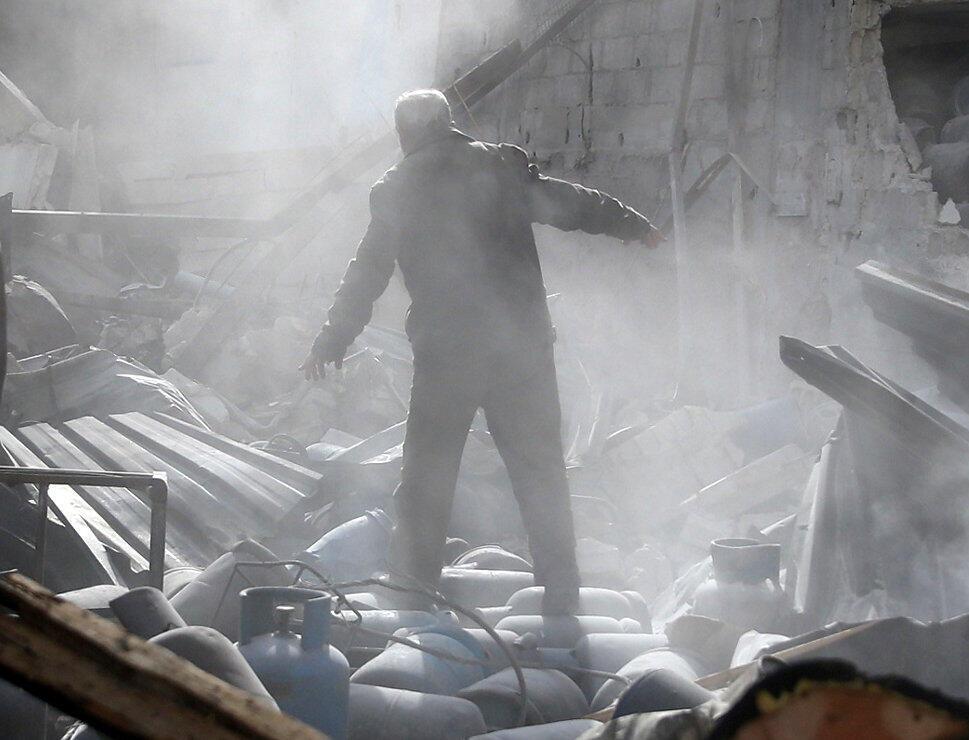Un habitant se tient dans les ruines d'un bâtiment, dans la Ghouta, à l'est de Damas, le 26 novembre 2017.