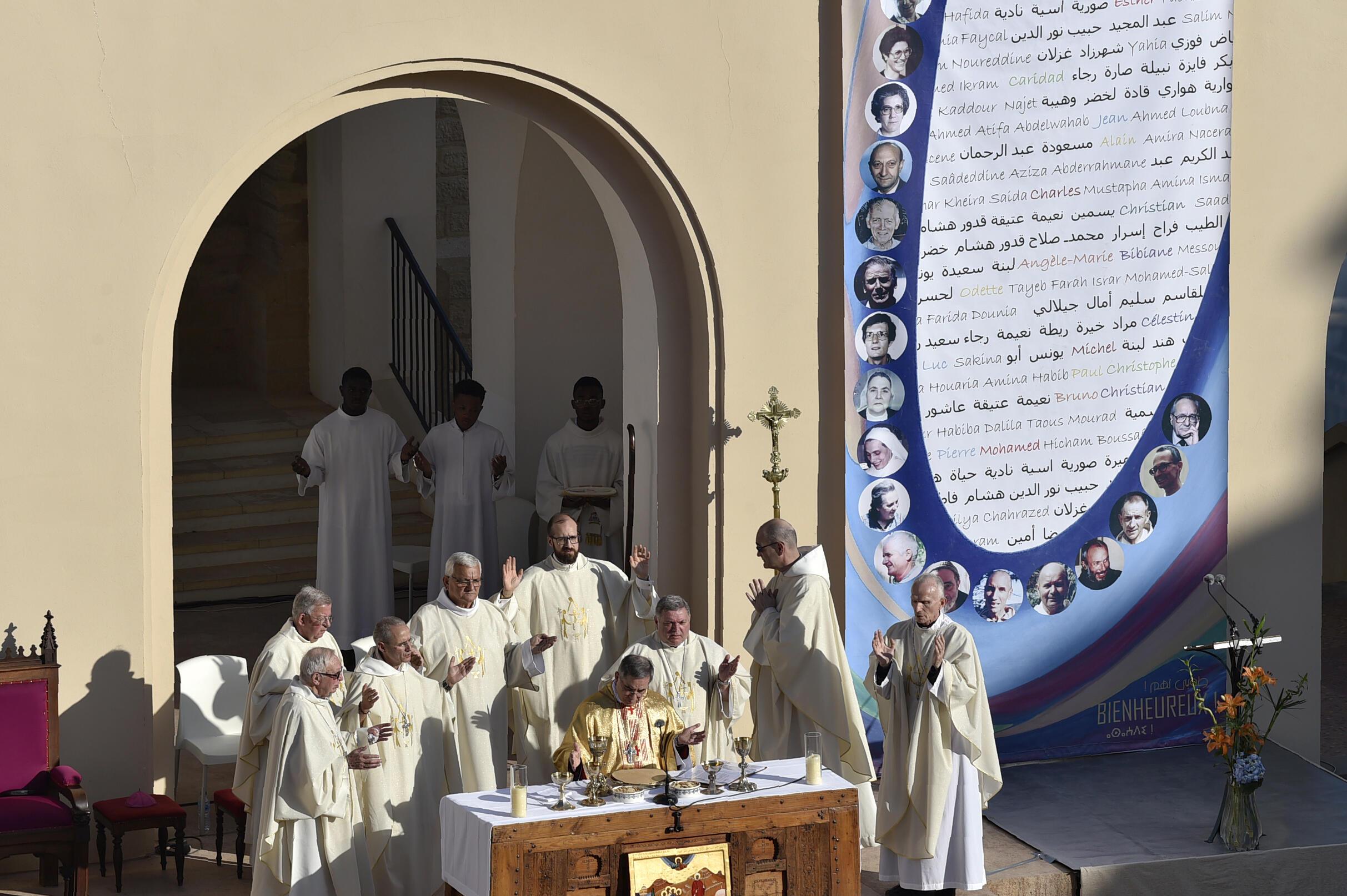 L'envoyé du pape, le cardinal Angelo Becciu, lors de la béatification de 19 religieux tués entre 1994 et 1996 en Algérie, dont les sept moines de Tibéhirine, à Oran, le 8 décembre 2018.