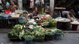 Vật giá gia tăng, người bán dài cổ chờ người mua. Ảnh chụp tại một chợ ở Hà Nội, ngày 25/8/11.