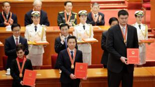Chủ tập đoàn Bách Độ, ông Lý Ngạn Hùng (Robin Li) (G),  là một trong số những người được trao huân chương tại Lễ kỷ niệm 40 năm cải tổ và mở cửa của Trung Quốc, Bắc Kinh, 18/12/2018.