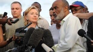 Le président haïtien René Préval et Hillary Clinton s'adressent à la presse à Port-au-Prince, le 16 janvier 2010.