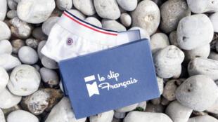 Le Slip Français (el calzoncillo francés) se vende por Internet. La empresa fabricante decidió parodiar los mensajes de los afiches de la campaña electoral, y utilizar los colores de la bandera francesa: azul, blanco y rojo.