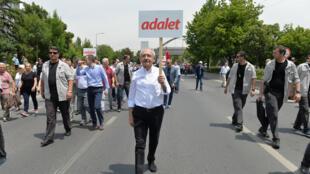 Kemal Kiliçdaroglu, le chef du parti CHP, à la tête de la «marche pour la justice» lancée ce jeudi 15 juin.