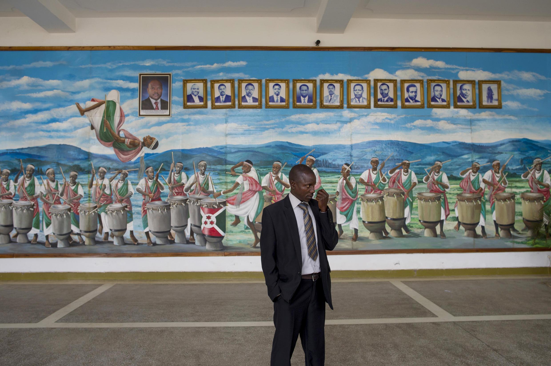 Un homme passe devant une galerie de portraits des présidents burundais, à l'Assemblée nationale, à Bujumbura le 27 juillet.