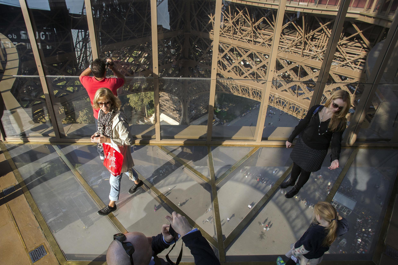 Les visiteurs s'empressent de tester le nouveau premier étage de la Tour Eiffel, le 3 octobre 2014.