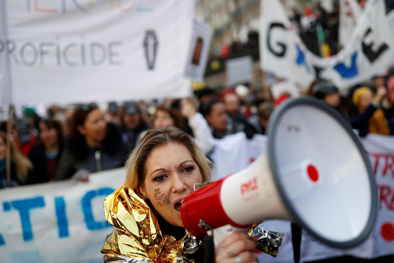 Giáo viên tuần hành tại Paris phản đối dự luật cải cách của chính phủ Pháp ngày 24/01/2020.