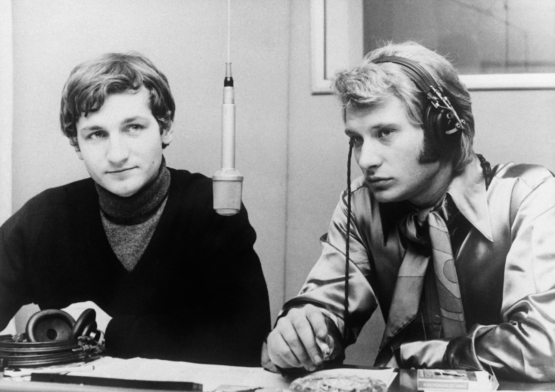 "Джонни Халлидей (справа) в передаче ""Salut Les Copains"" радио Europe-1 в 1965 году"