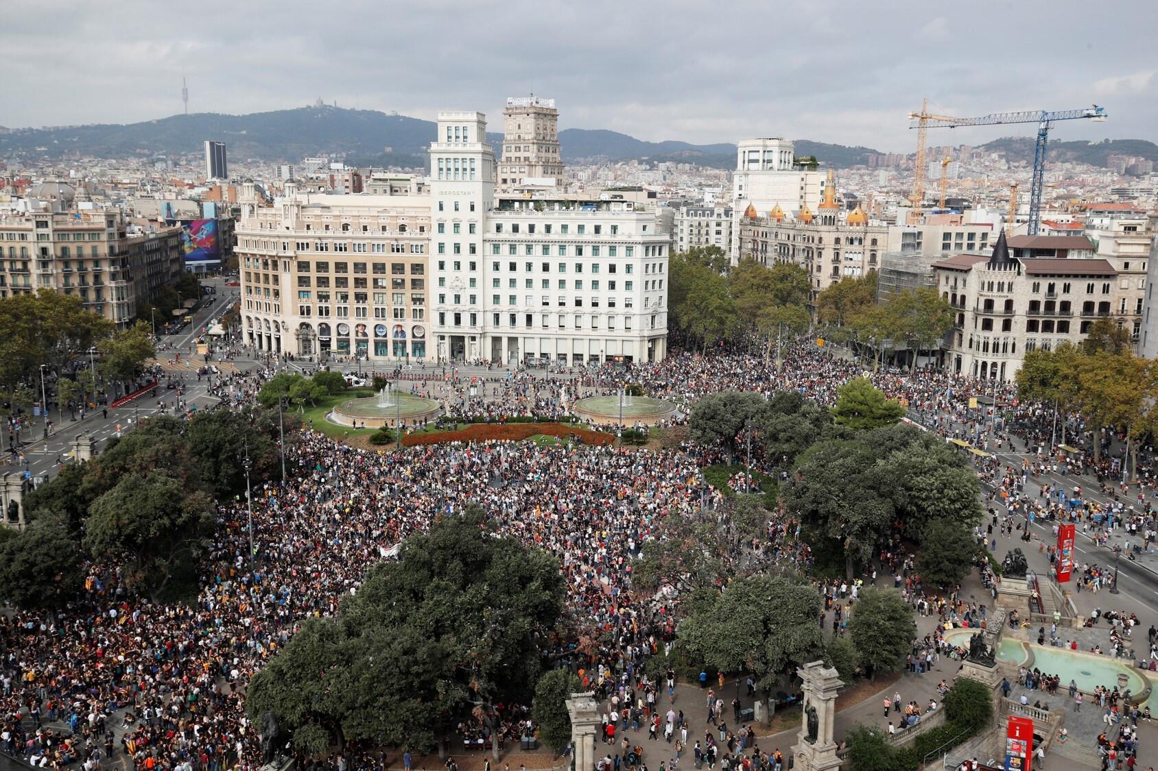 Praça Catalunha foi tomada por manifestantes após anúncio da sentença.
