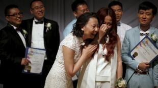 七对来自中国的同性恋情侣在美国加利福尼亚西好莱坞市举办婚礼