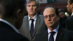 2月27日,法国总统奥朗德在农业部长陪同下参观巴黎国际农业展。
